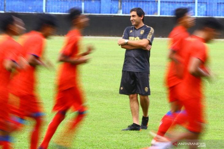 Pelatih baru tim Arema FC Eduardo Almeida memimpin latihan di Stadion Kanjuruhan, Malang, Jawa Timur, Kamis (20/5/2021). ANTARA FOTO/Ari Bowo Sucipto (ARI BOWO SUCIPTO/ARI BOWO SUCIPTO)
