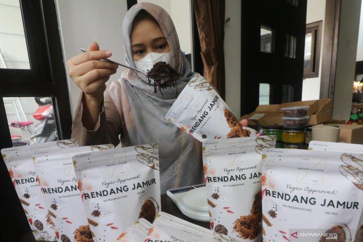 Perajin mengemas rendang berbahan baku jamur tiram bermerk Prastiwa Eatery di Desa Jongbiru, Kediri, Jawa Timur, Jumat (11/6/2021). Antara Jatim/Prasetia Fauzani/zk