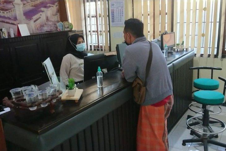 Petugas melayani penarikan biaya pelunasan haji di Kantor Kemenag Tulungagung. (ANTARA/Ist)