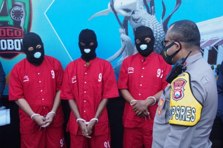 Polrestabes Surabaya menunjukkan tiga tersangka kasus mafia tanah, Kamis (10/6). (ANTARA Jatim/Hanif Nashrullah)