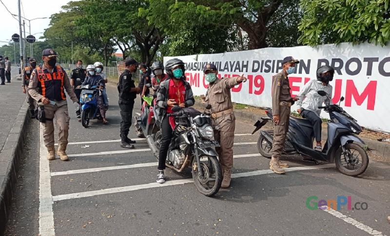 Penyekatan disertai tes antigen di Jembatan Suramadu arah masuk Kota Surabaya. Foto : GenPPI.Ananto Pradana.