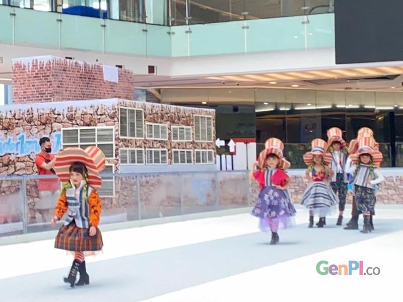 Desainer Embran Nawawi menggelar peragaan busana anak-anak di atas wahana ice skating Grand City Surabaya. Foto: Delya Oktovie/genpi