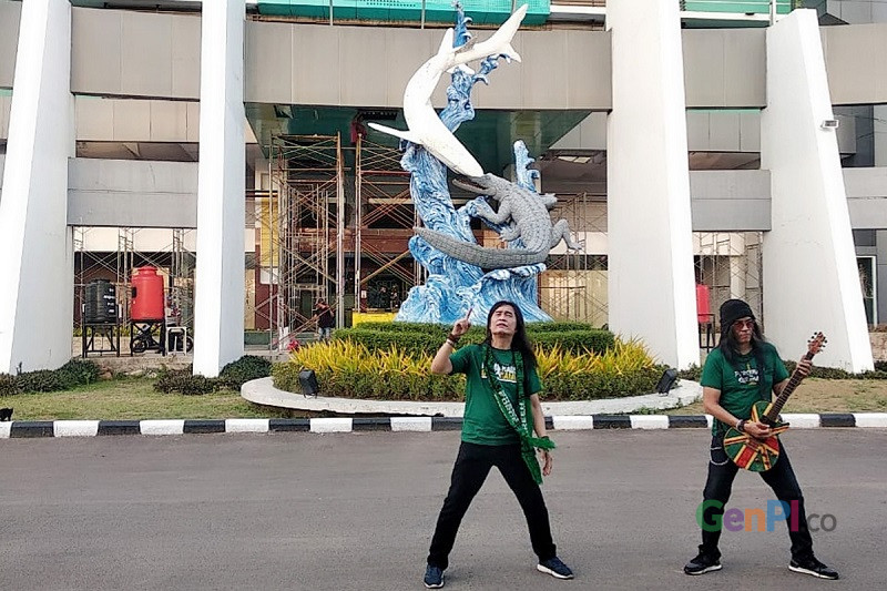 Pentolan Arek Band Royke Mangundap dan Reky saat melakukan syuting video klip di Stadion Gelora Bung Tomo Surabaya (GBT), Rabu (9/6). Foto: GenPI