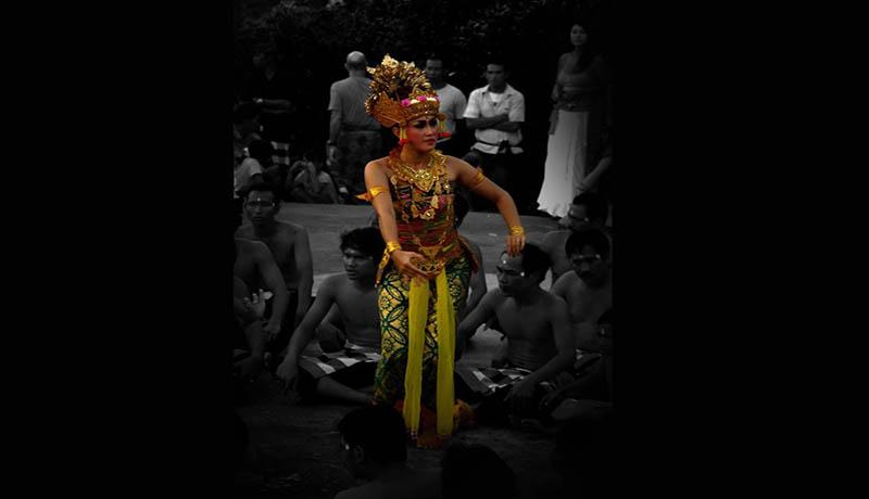 Penari Kecak di Uluwatu, salah satu pesona suguhan Pulau Bali