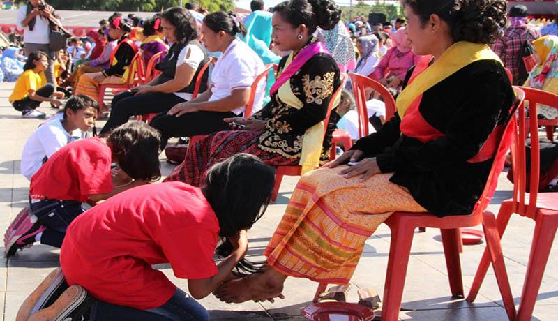 RItual cuci kaki ibu di Festival Teluk Jailolo.