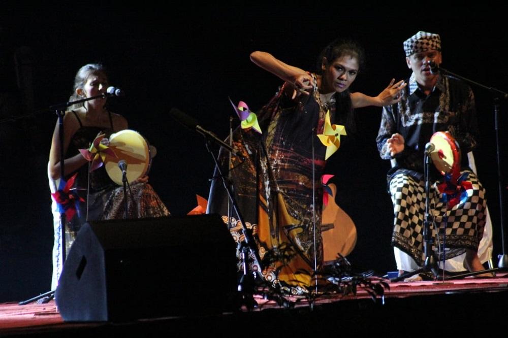 Penampilan kolaborasi Dora, Christian dan Widya memukaku penonton Borobudur International Art and Performances Festival 2018.