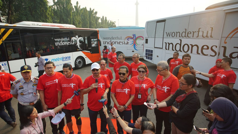Menpar Arief Yahya berpose di denpan 100 unit bus yang dipasangi brand Wonderful Indonesia.