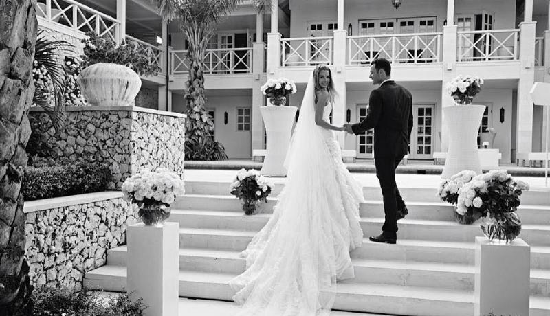 Jennifer Hawkins dan Jake Wall melangsungkan pernikahan mereka di sebuah villa mewah ( doc: facebook )