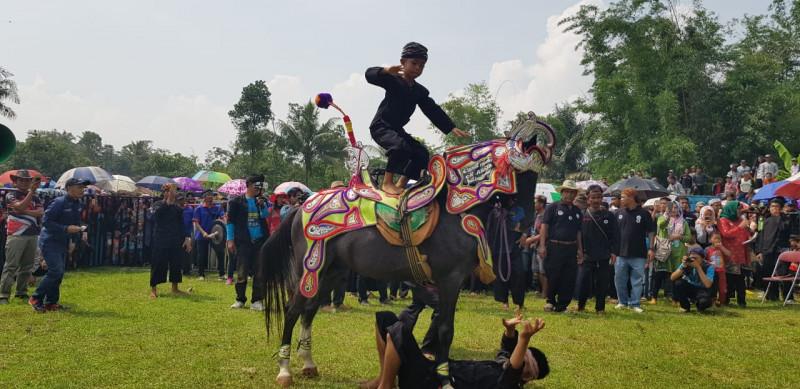 Atraksi kuda renggong di lapang sepakbola Desa Kertamekar, Kecamatan Tanjung Kerta, Kabupaten Sumedang, Rabu (12/12)