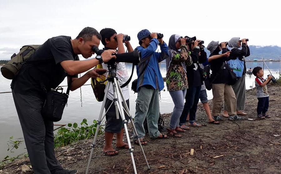Wisata pengamatan burung dapat dilakukan semua kelompok umur(Foto: Rosyid Azhar)