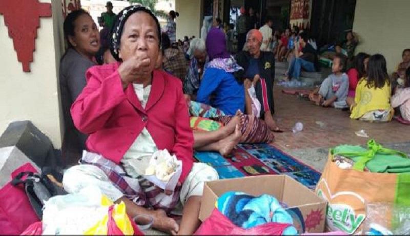 Korban tsunami Anyer mengungsi ke lokasi yang lebih aman disediakan pemerintah setempat