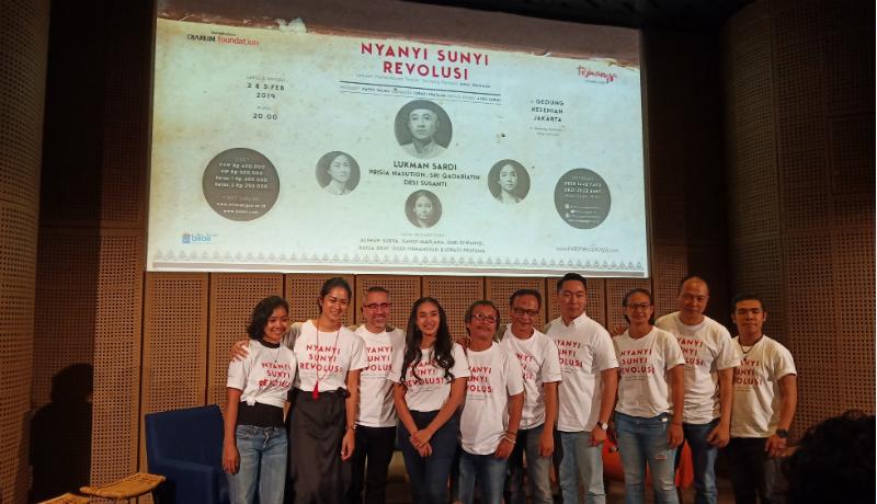 Seluruh pendukung pementasan teater bertajuk Nyanyi Sunyi Revolusi, di Galeri Kaya, Jakarta Pusat. Sabtu (12/01).
