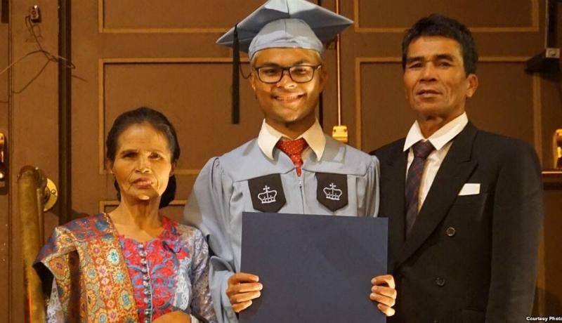 Robinson berfoto bersama kedua orang tua saat wisuda di Columbia University, AS ( sumber ; Foto: IG @robinsonsinurat )