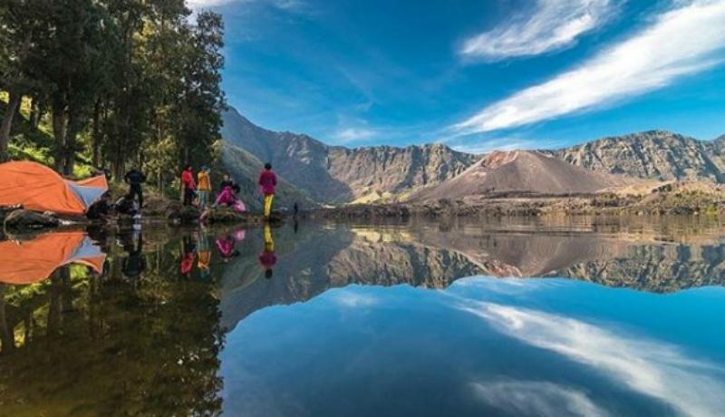 Danau Segara menjadi salah satu keindahan dari Gunung Rinjani di Nusa Tenggara Barat ( sumber : gunung.id )
