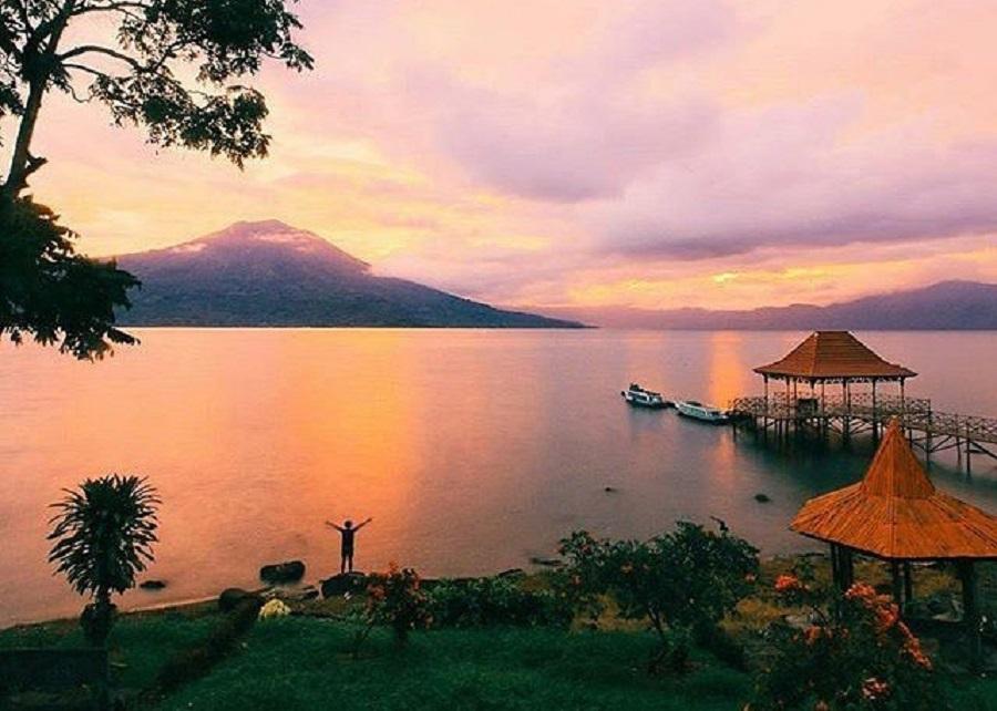 Suasana matahari tenggalam di kawasan Danau Ranau. (Foto: bptrijayafmpalembang.com)