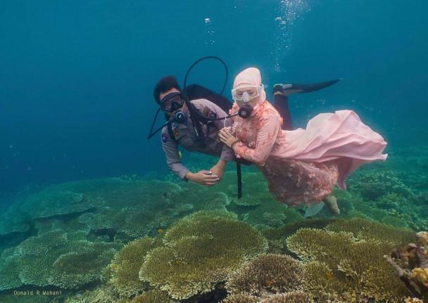 Foto prewedding sepasang kekasih, Brigpol Septian dan Wati Mayang di Taman Laut Olele (Foto: Donald Raymond Wahani)