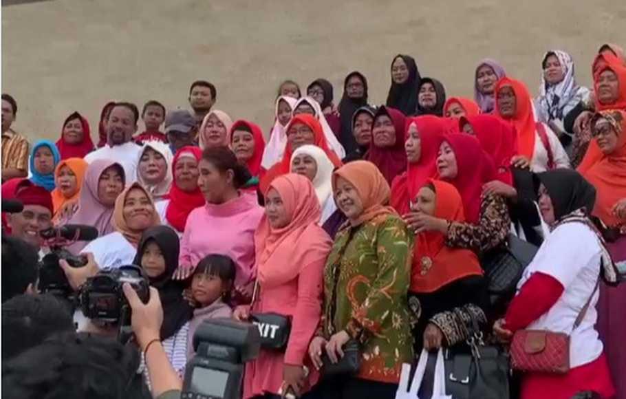 Menteri Susi mengunjungi Monas bersama Ibu-ibu Muara Gembong. (Foto: Twitter)