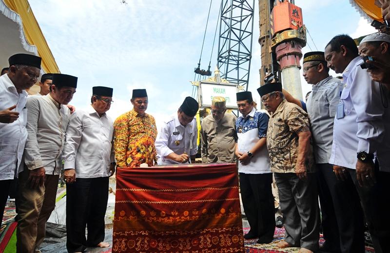 Prosesi pemancangan tiang Masjid Bani Arsyadi. (Foto: jejakrekam.com)