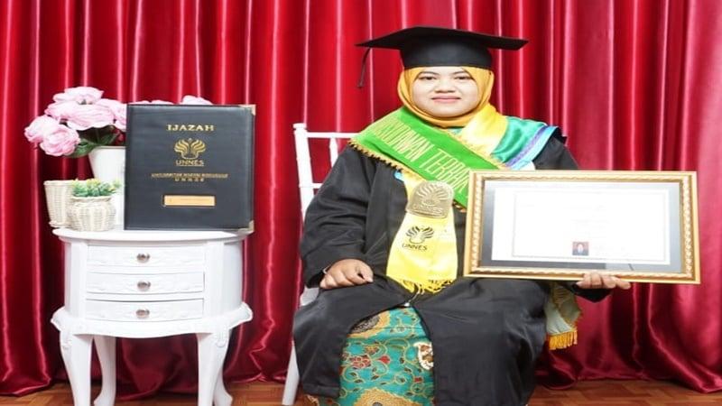 Khusnul Chotimah, lulusan terbaik Unnes (foto: Istimewa)