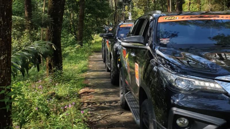 Komunitas pecinta kendaraan Toyota Fortuner menjelajahi Taman Hutan Raya Karanganyar (foto: Antara)