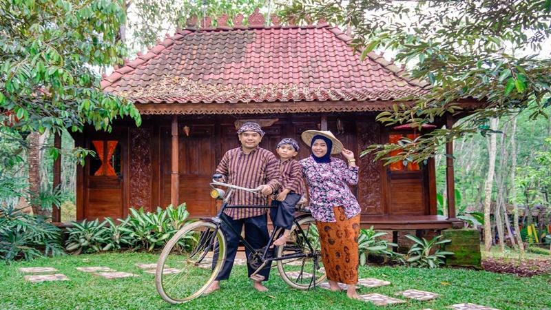 Mengabadikan foto keluarga dengan nuansa Jawa kuno di Studio Pendapa yang ada di Pasar Karetan (foto: Studio Pendapa)