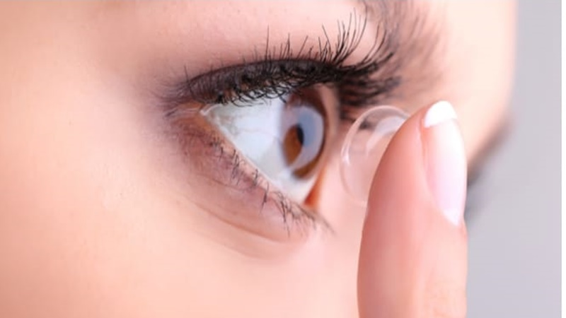 Jangan pernah malas melepas contact lens saat mau tidur ya! (foto: allaboutvision.com)