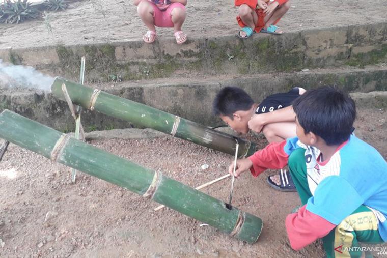 """Anak-anak Pangkalpinang memainkan """"meriam bambu"""" sebuah permainan tradisional yang muncul dalam Ramadhan 1440 H, Senin (13/5/2019) (FOTO ANTARA/Ahmadi)"""