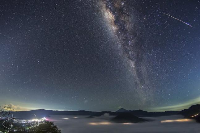 Galaksi Bima Sakti di atas Bromo (Sumber foto: Twitter Justin Ng)