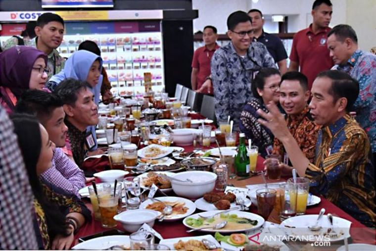 Presiden Joko Widodo (kanan) saat berbincang dengan wartawan istana menjelaskan rahasia dirinya yang tak mudah sakit, salah satunya dengan mengonsumsi jamu temulawak (Sumber foto: Antaranews.com)