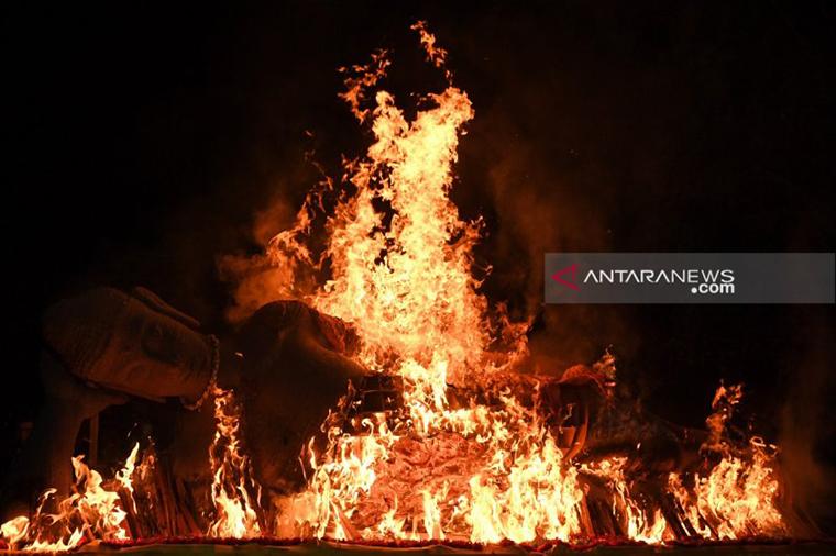 Prosesi pembakaran patung Buddha saat peringatan detik-detik Waisak di Maha Vihara Mojopahit, Trowulan, Mojokerto, Jawa Timur, Minggu (19/5) (Zabur Karuru/ Antara)
