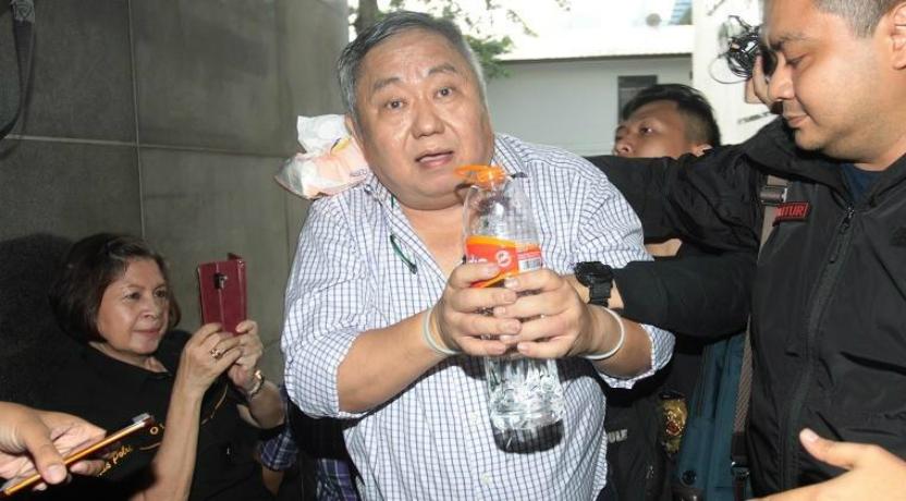 Lieus Sungkharisma menolak minuman dari polisi. Takut mati (Foto : Istimewa)