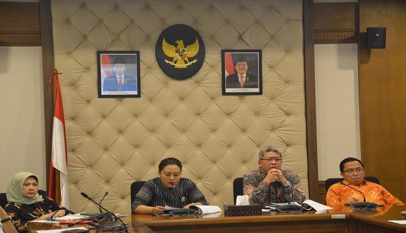 Bupati Tabanan Bali, Ni Putu Eka Wiryastuti (kedua kiri) saat memimpin Rapat Kordinasi pembentukan Badan Pengelola WBD. (dok)