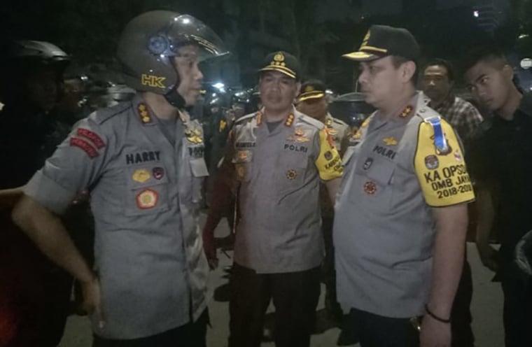 (kiri) Kombes Pol Harry Kurniawan selaku Kapolres Jakarta Pusat tengah berkoordinasi dengan Kapolda Metro Jaya.