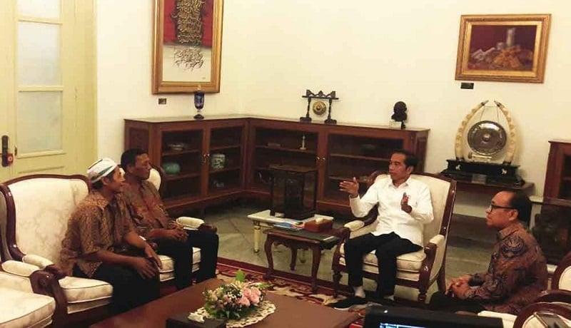 Presiden Jokowi bertemu dua pedagang yang menjadi korban kerusuhan aksi 22 Mei di Istan Negara. (Setpres)