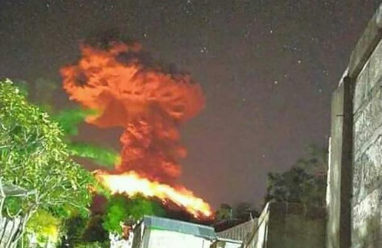 Gunung Agung muntahkan abu setinggi 3.000 meter, pada Jumat (24/5) (Sumber foto: BNPB)