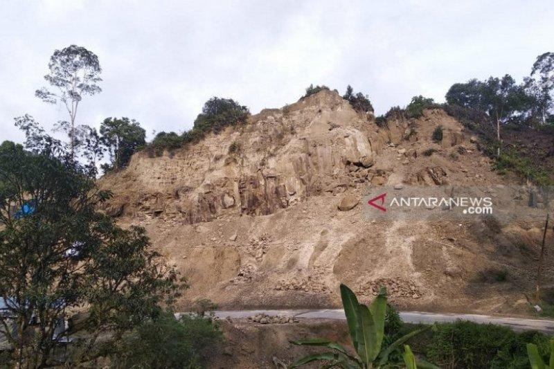 Kondisi perbukitan yang batu dikeruk di Desa Naga Timbul, Kecamatan Sitahuis Tapanuli Tengah. Kondisi ini sangat mengkhawatirkan pengguna jalan apalagi jelang mudik tahun ini. (Sumber foto: Antara Sumut/Jason)