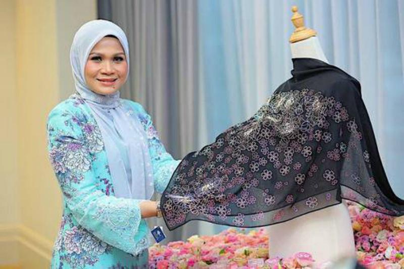 Harga hijab ini membuat jiwa misqueen kamu meronta. Lebih mahal dari mukena Syahrini! (Foto : Istimewa)