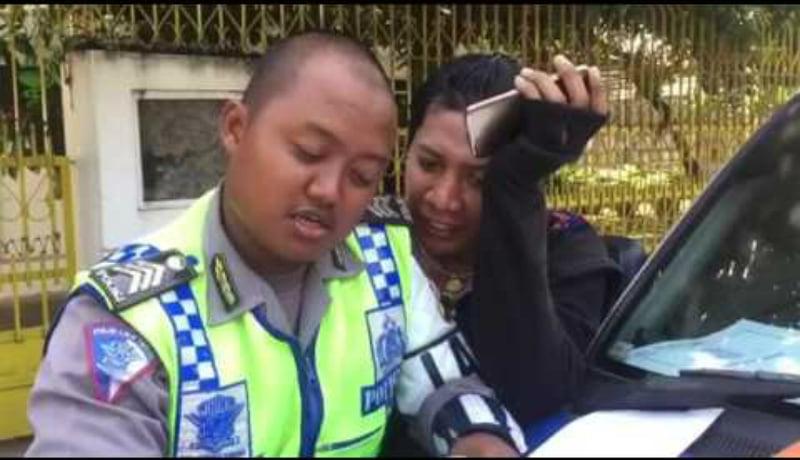 Begini gaya kocak polisi nilang banci, ngeri sedap judulnya (Foto : Istimewa)