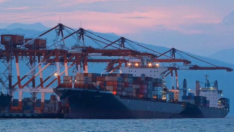 Kapal kargo M/V Bavaria menunggu pemuatan kontainer saat merapat di pelabuhan Subic dan akan membawa 69 peti kemas berisi sampah itu ke Kanada (foto: Associated Press)