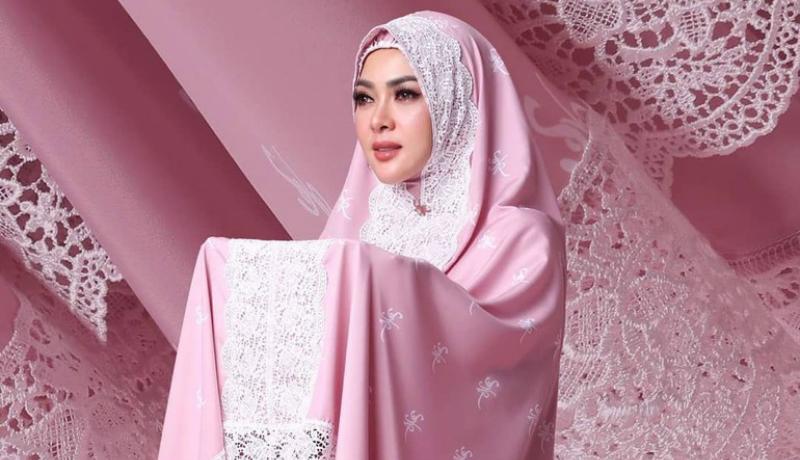 Desain mukena Syahrini dituding menjiplak karya orang lain (Foto : Istimewa)