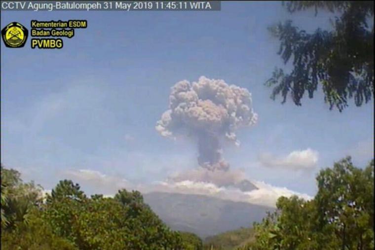 Erupsi Gunung Agung yang terekam melalui CCTV Agung-Batulompeh, Karangasem (Sumber foto: Antaranews Bali/Dok PVMBG-Badan Geologi-Kementerian ESDM/lhs/2019)