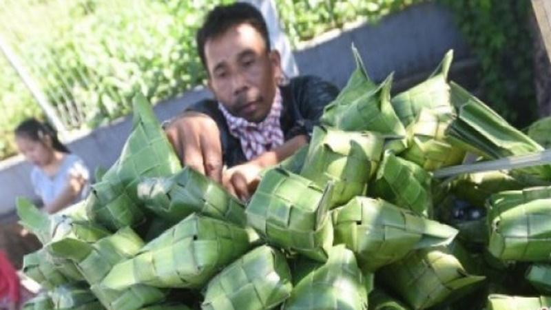 Besok Lebaran, bungkus ketupat laris manis (foto: Antara)