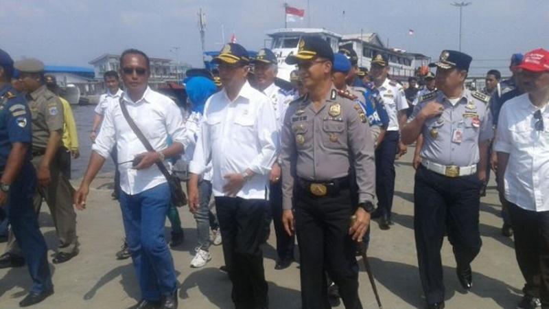 Budi Karya meninjau Pelabuhan Kali Adem disaat padatnya penumpang yang akan berwisata ke Kepulauan Seribu (foto: Istimewa)