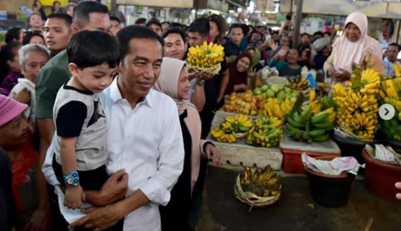 Datang ke Pasar Gede Solo, Jokowi beli ulekan (Foto : Istimewa)