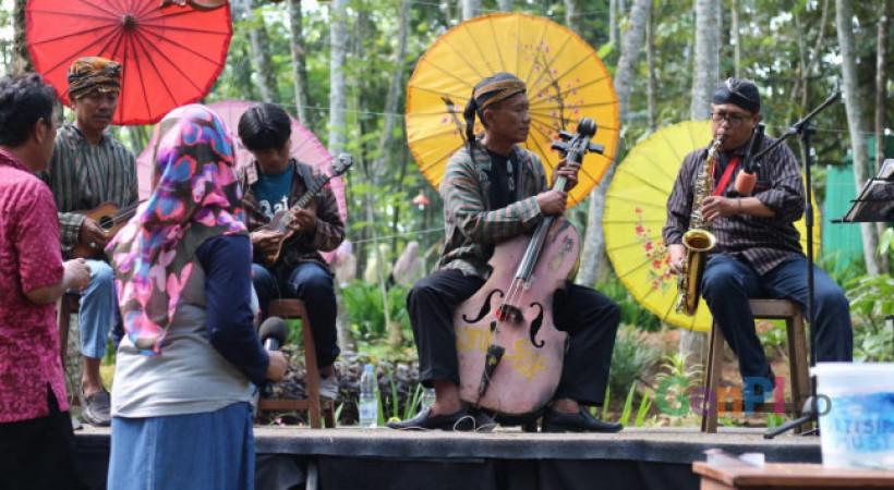 Salah satu pentas musik yang pernah tampil di Pasar Karetan