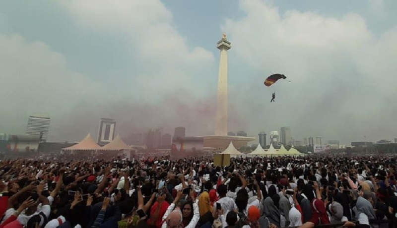 Atraksi terjun payung di Monas menyedot perhatian warga Jakarta. (ist)