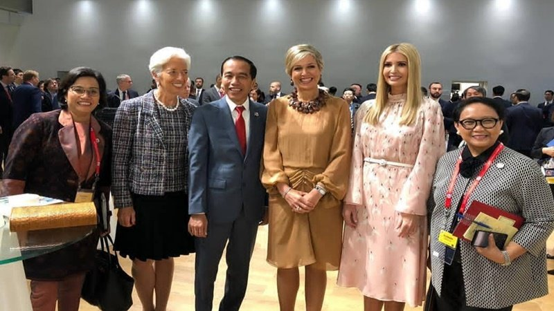 Presiden Jokowi diapit perempuan-perempuan perkasa dunia (foto: Instagram @jokowi)