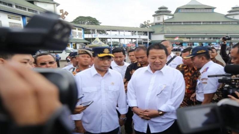Menhub Budi Karya Sumadi dan Gubernur Lampung Arinal Djunaidi meninjau Terminal Rajabasa, Bandarlampung, Minggu, 30 Juni 2019 (foto: Antara)