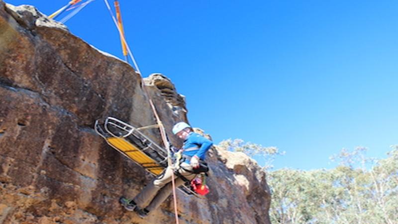 Evakuasi dengan menggunakan metode vertical rescue (foto: safetyaccesrescue.co.au)