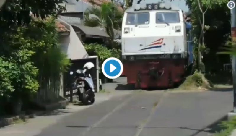 Warga bengong melongo melihat kereta api keluar dari jalurnya (Foto : Istimewa)